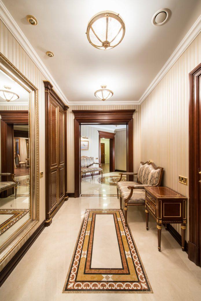 темные двери в прихожей в классическом стиле