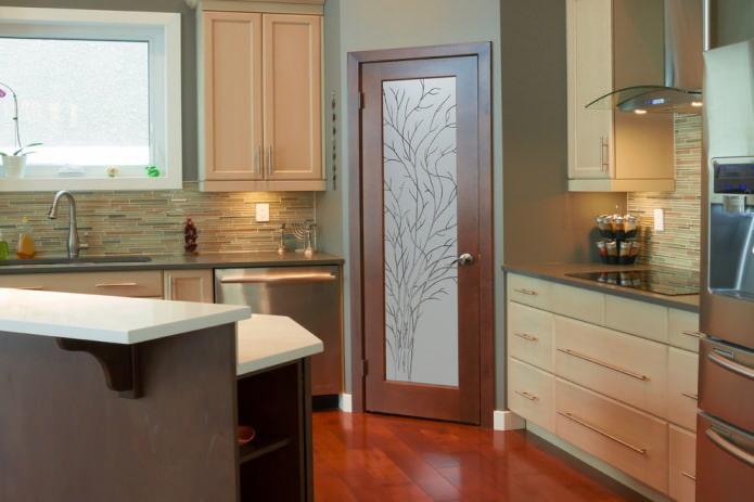 коричневая дверь на кухне