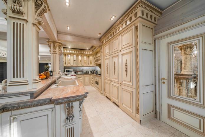 узкая кухня в стиле барокко