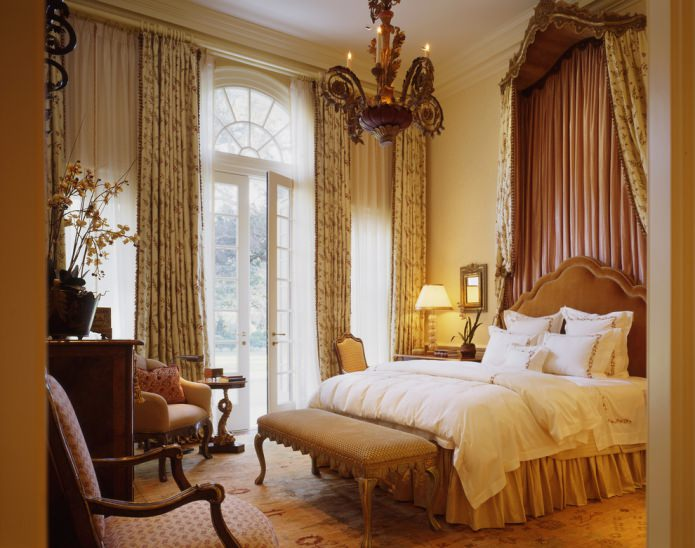 спальня в желтых и коричневых оттенках