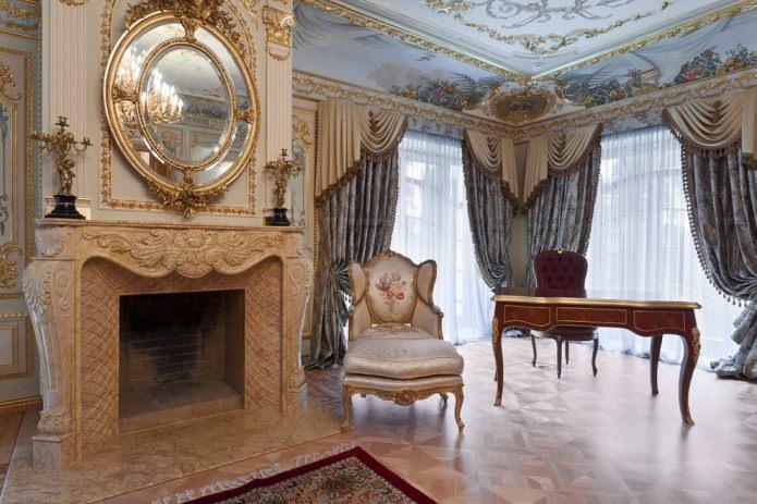 фрески, зеркало в золотой раме, камин с лепниной