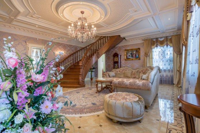 гостиная с деревянной лестницей