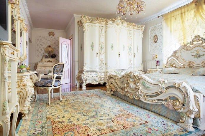 деревянная белая кровать с резьбой