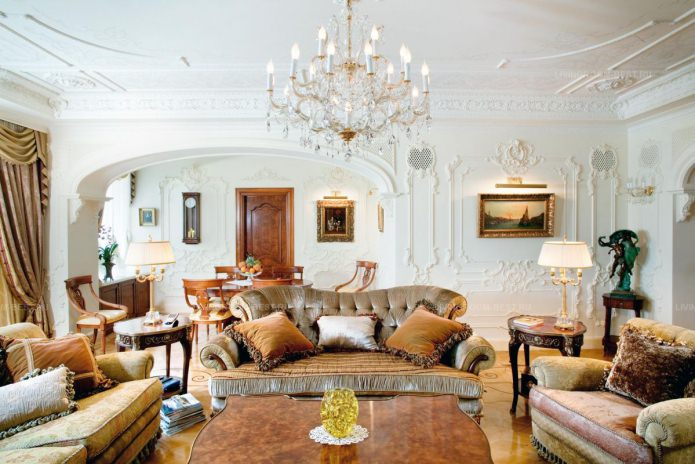 диван и два кресла в комнате стиле барокко