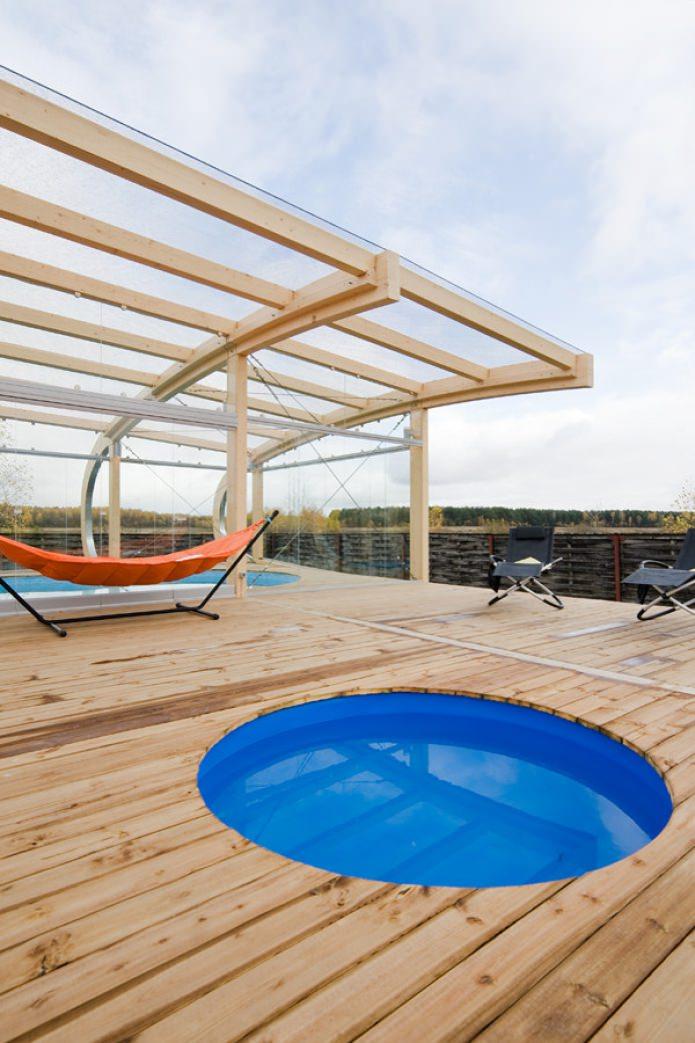терраса с бассейном и гамаком