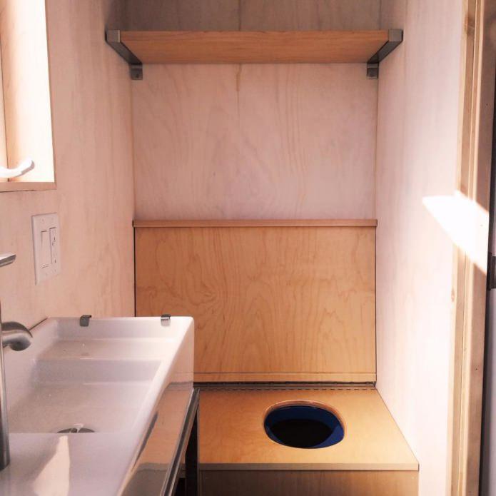 туалет в дачном домике эконом класса