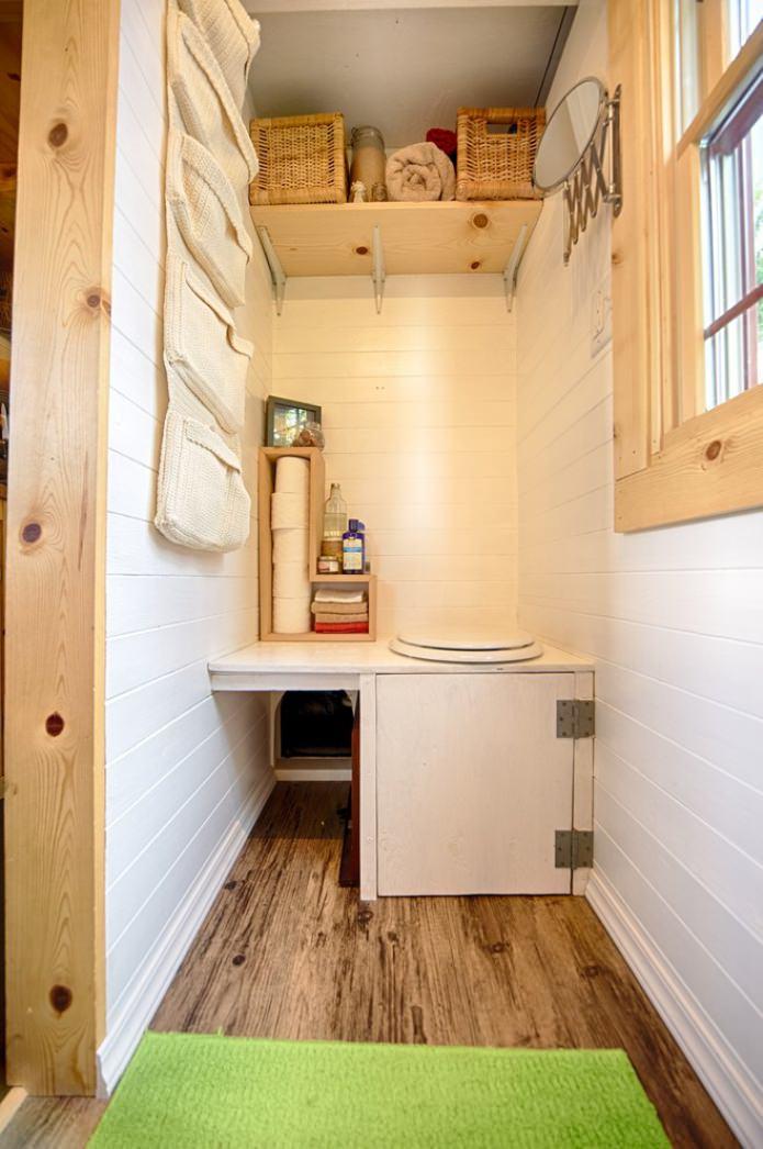 туалет в маленьком дачном домике