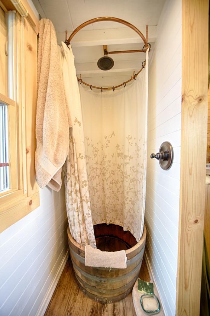 душ в маленьком дачном домике
