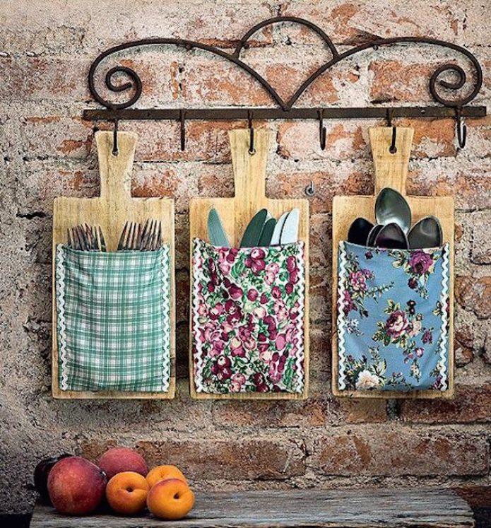 идея организации хранения посуды на кухне в деревенском стиле
