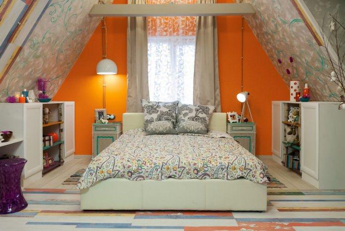 тюль с рисунком в спальне на мансарде