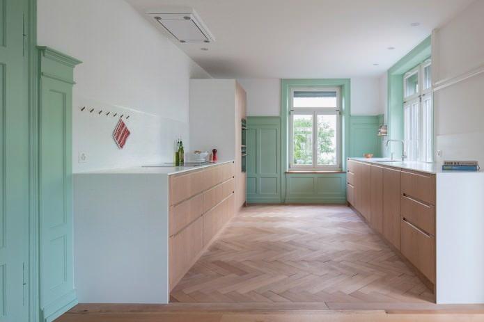 Светлый паркет в кухне
