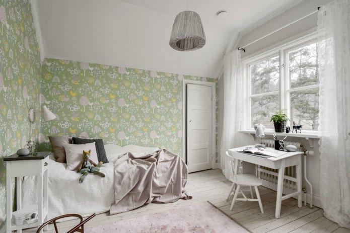 белые шторы и зеленые обои