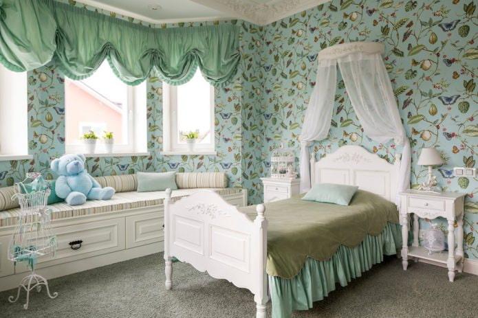 интерьер мятной детской в классическом стиле с австрийскими шторами
