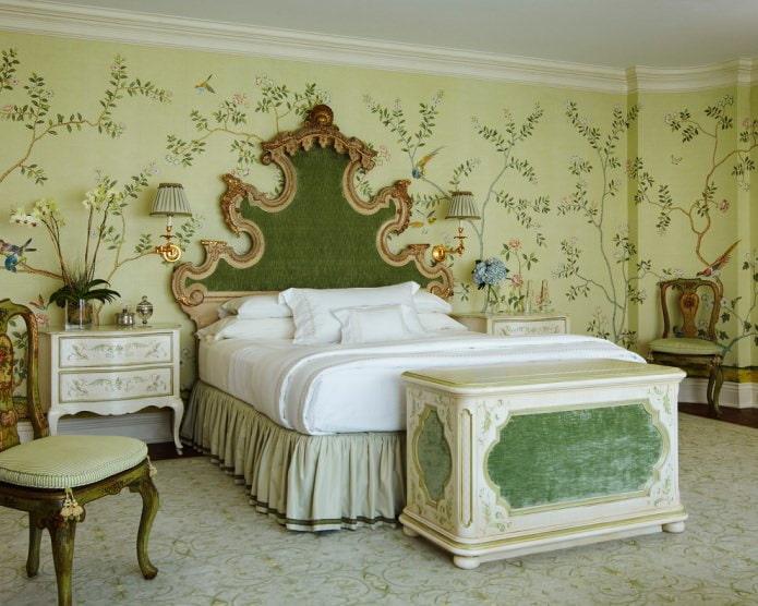зеленые обои с растительным рисунком в спальне