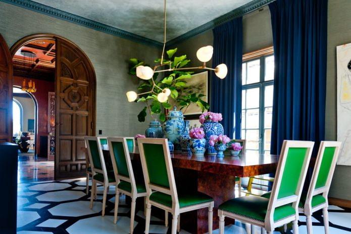 синие шторы зеленые обои