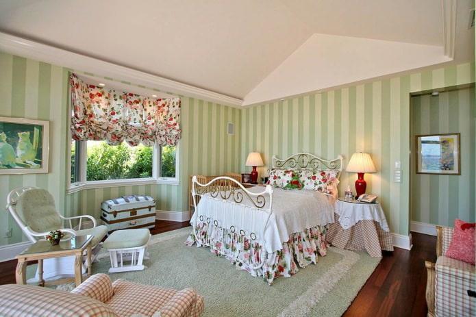 Зеленые полосы на стенах в спальне