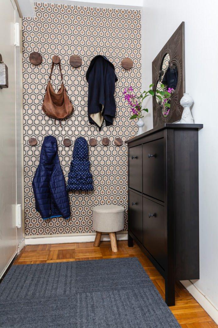 стильный узор в коридоре с помощью обоев