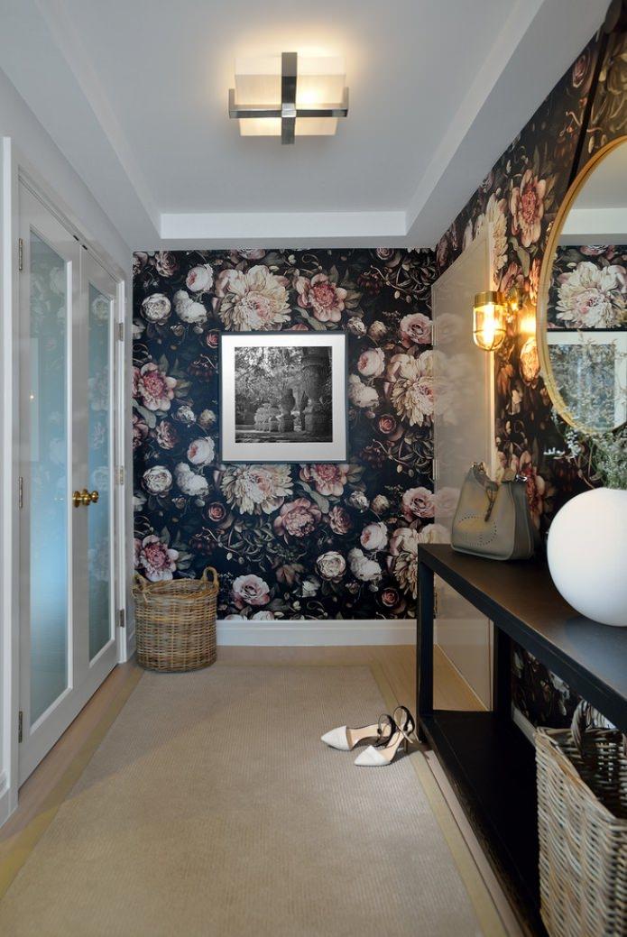 красивые цветы на обоях в коридоре