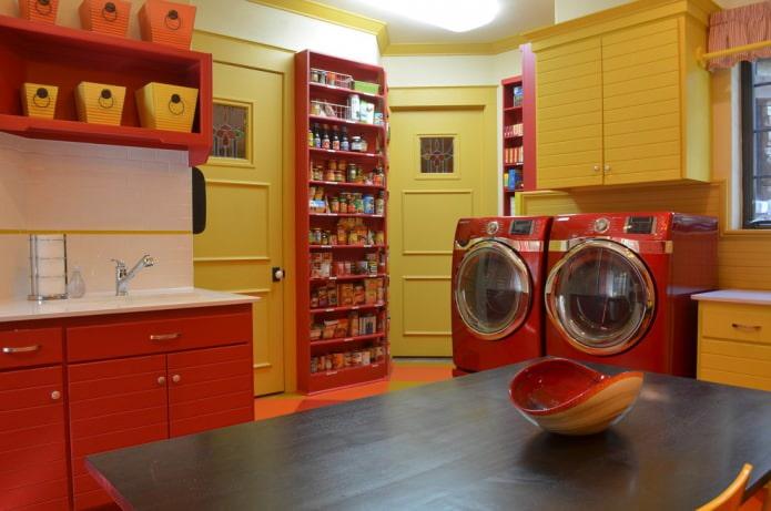 сочетания желтых стен и красной мебели и техники на кухне