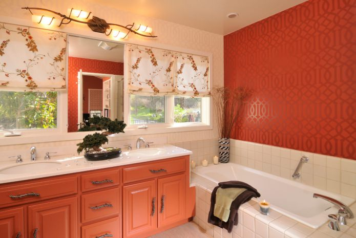 Красно-бежевый интерьер ванной