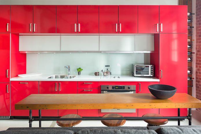 стеклянный белый фартук на красной кухне