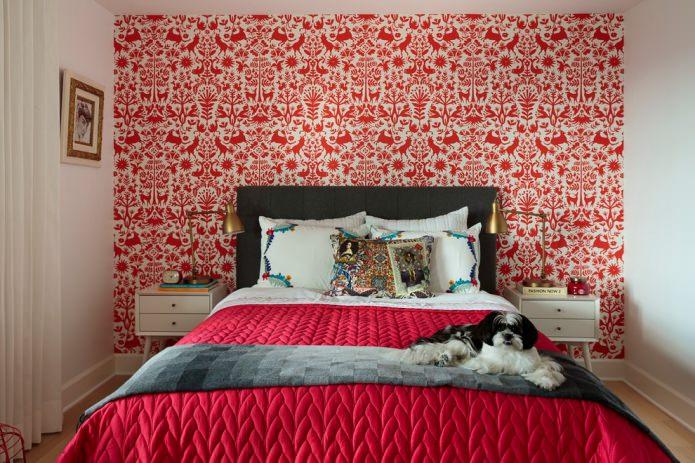 красно-белые обои в спальне