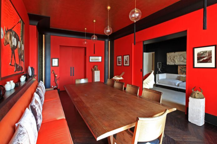 красный потолок и стены