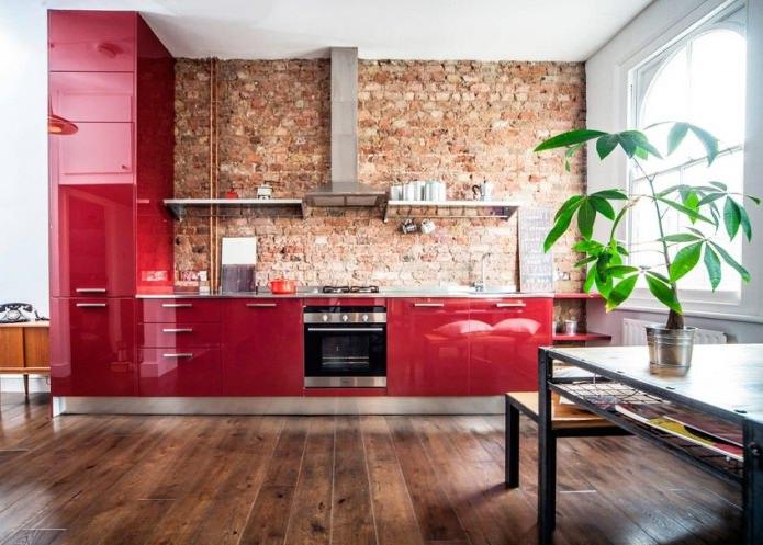 Красный кирпич в кухне с красными фасадами
