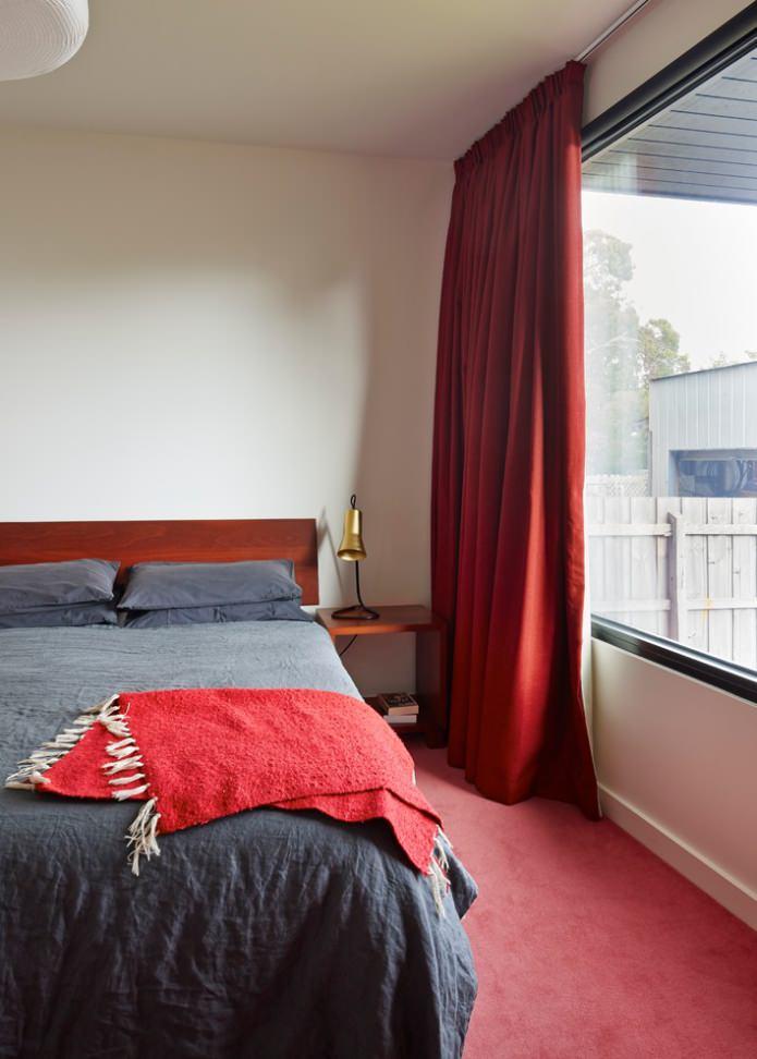 красные шторы и ковер