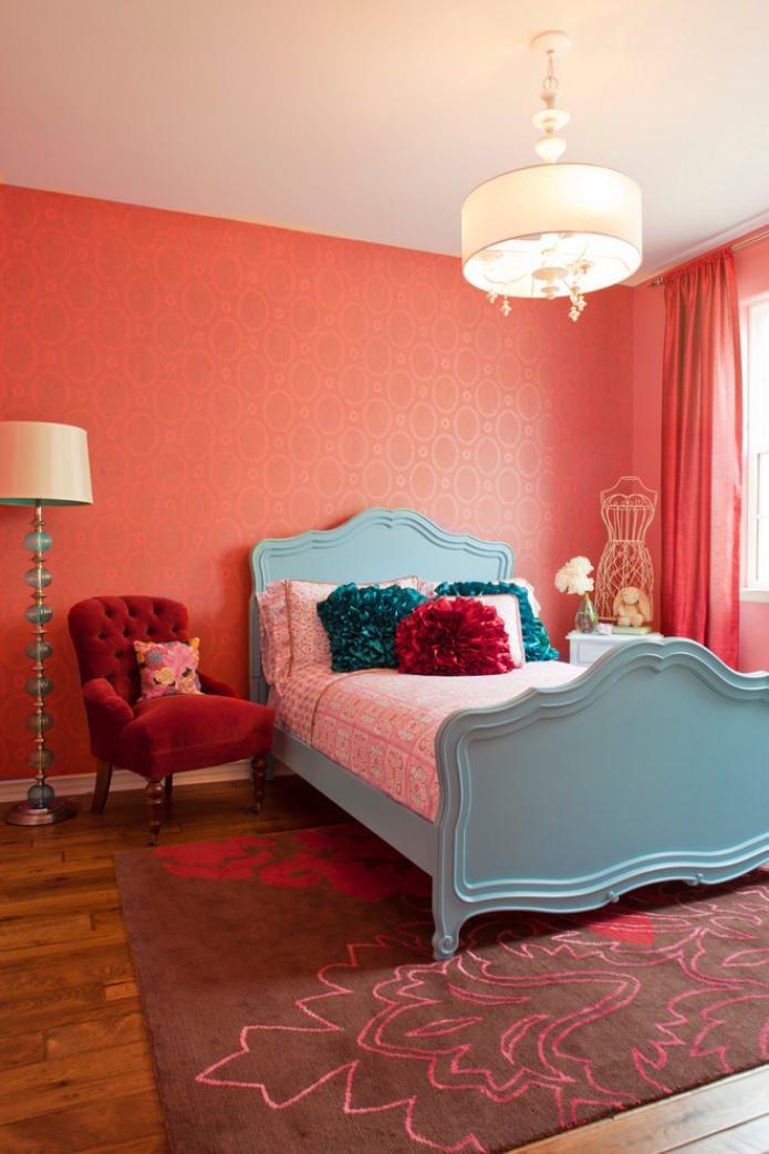 бирюзово-красная спальня с белым потолком