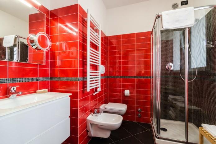красная плитка на стенах в ванной