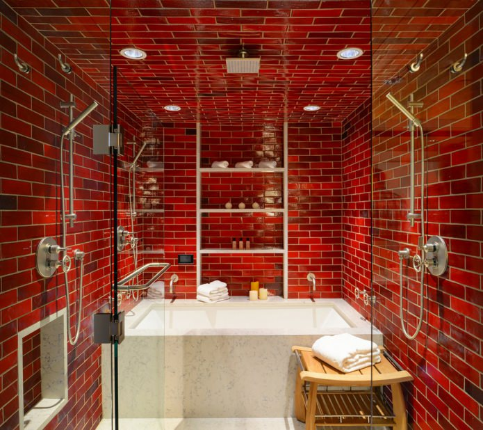 красные стены под кирпич в ванной
