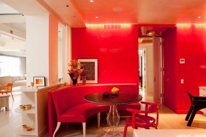 красный кожаный диван в кухне