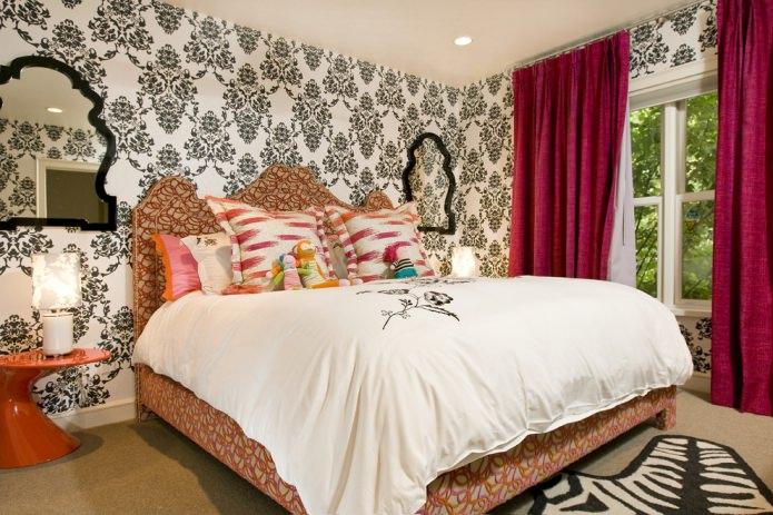 цветной интерьер с яркими розовыми шторами на фоне черно-белых обоев