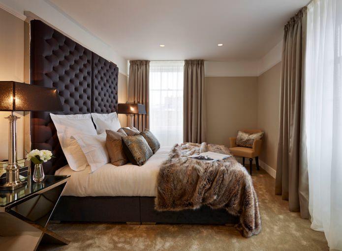 спальня с коричневыми и белыми шторами