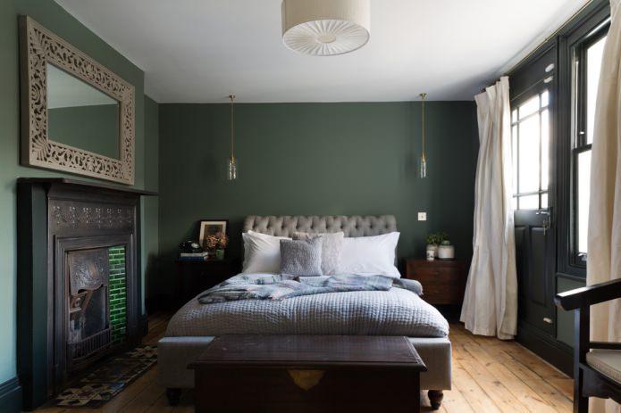 Зеленая спальня с светлыми шторами