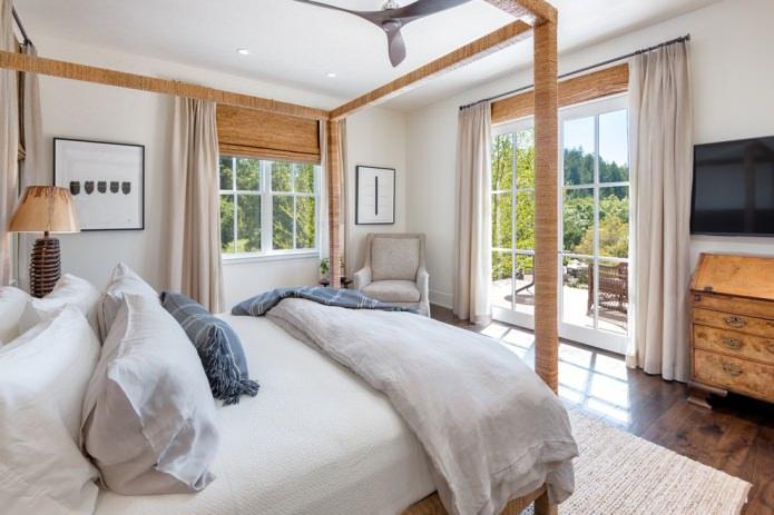 комбинация бамбуковых штор и классических портьер
