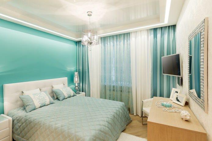 бирюзово-белый интерьер с классическими плотными портьерами и легкой тюлью