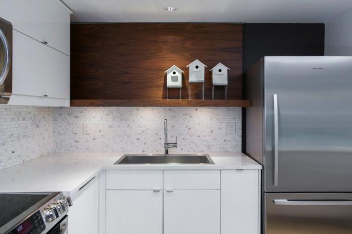 светлая кухня с каменной кладкой в зоне фартука