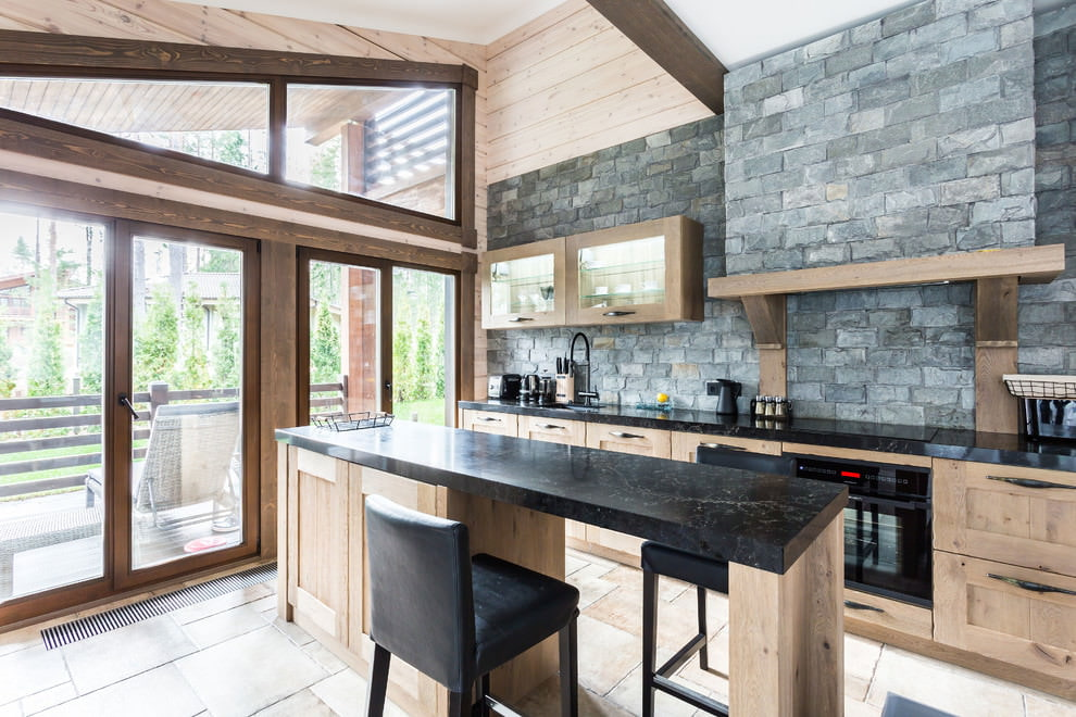 Отделка стен на кухне натуральным камне