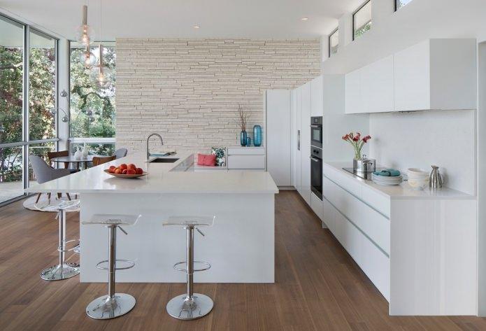 Белый камень на кухне