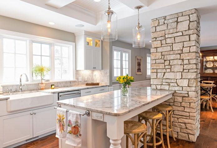 Бежевый камень в дизайне кухни