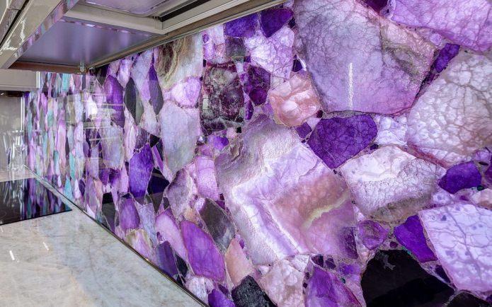 фиолетовый камень на фартуке