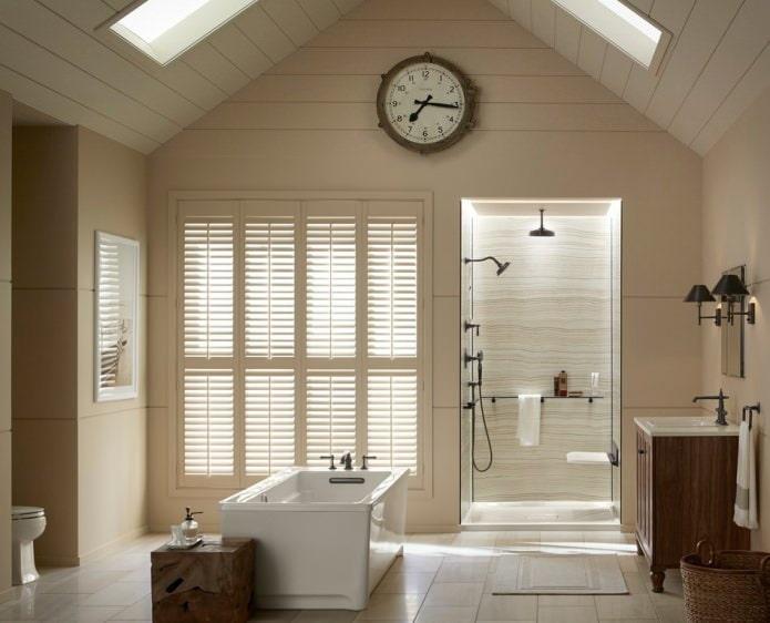 Двускатная мансардная крыша в ванной