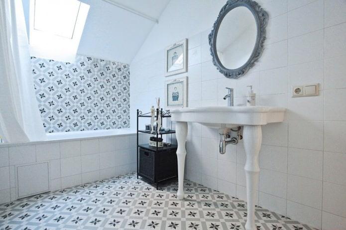 светло-серый интерьер ванной с плиткой с орнаментом