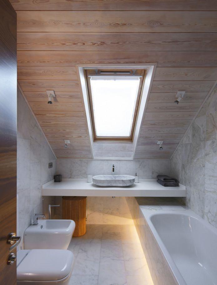 небольшая ванная на мансардном этаже