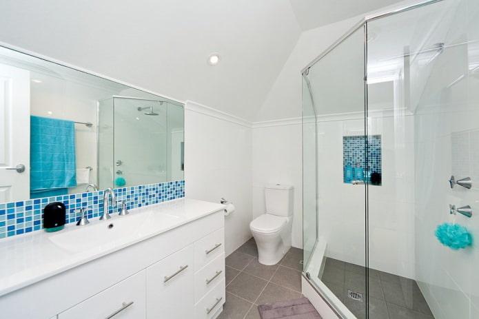 белые окрашенные стены в ванной