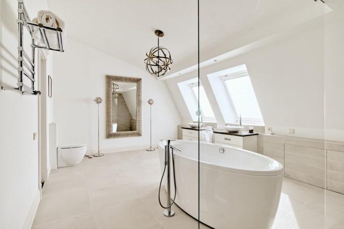 белая мансардная ванная
