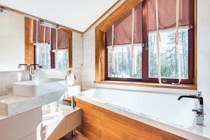 шторы на мансарде в ванной
