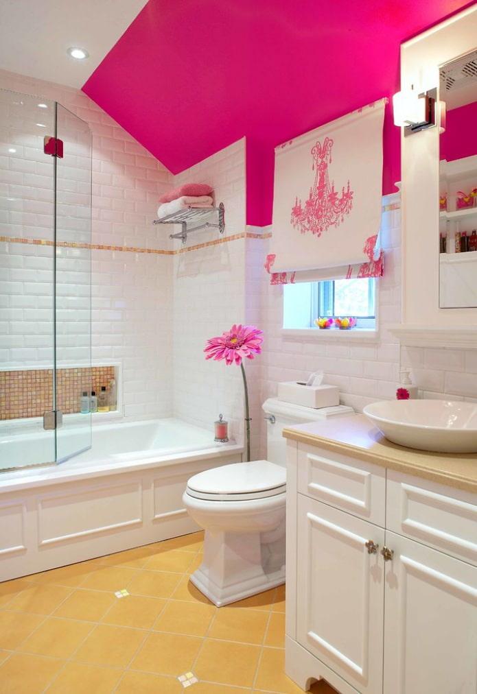 римская штора в ванной на мансардном этаже